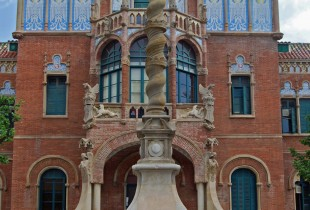 Alison outside Hospital Sant Pau
