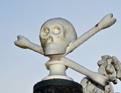 Skull and Crossbones outside Leiden cemetery