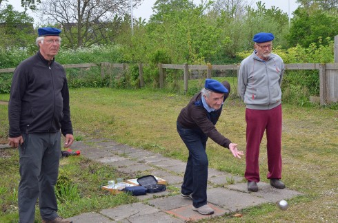 Playing boules in a back lot in Ouder Weeteringj