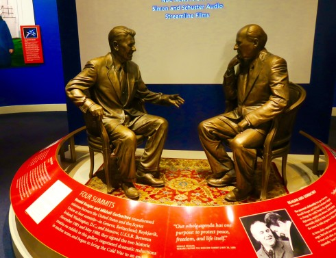 Statue of Reagan and Gorbachev in the Reagan Library