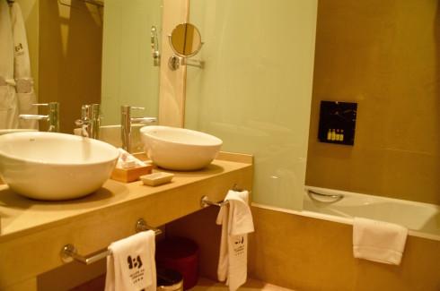 athroom sink and tub, Balcon de Cordoba