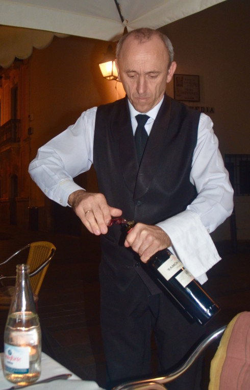 Luque opening the wine, Taberna Luque