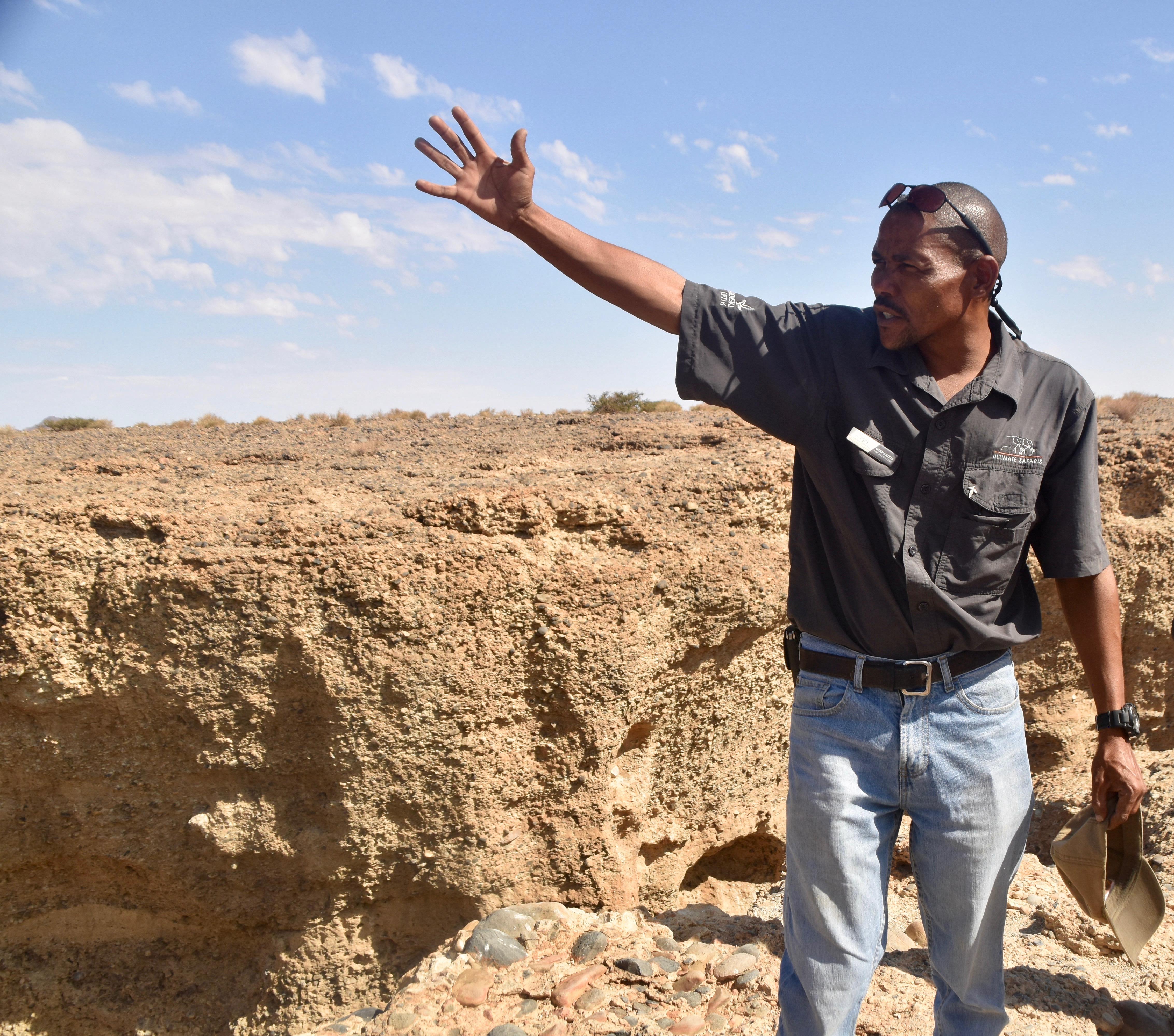 Explaining Seriem Canyon in Sossusvlei